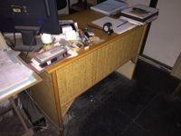Stock ufficio: N.1 scrivania in rattan, N.2 tavolinetti in legno, N.2 porta ...