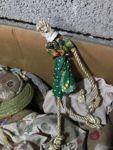 Stock di bamboline di pezza e di vimini (uno scatolone)