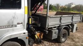 Autocarro per trasporto di merci, cassonato gemellato con gru oleodinamica