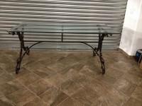 Tavolo con base in ferro.