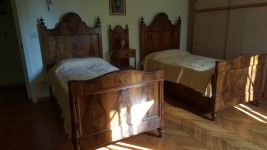 Letti, comodini, armadio in legno, cassettone in legno, lampadario, stampe, ...