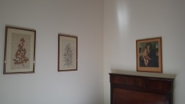 Armadio, 2 lampadari, letto, comodino, specchio, comò, 4 stampe