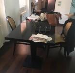 n. 2 Tavoli neri in metallo 1m. x 1m. circa, con 5 sedie nere e sedute in tessuto color ...