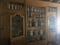 Mobile rimaneggiato contenente maioliche e vetri, tutti i vasi sulla ...