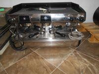 Macchina da caffè a due braccia e macina caffè marca