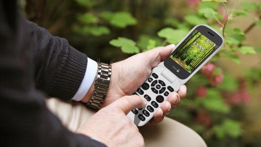 Billige mobiltelefoner med store taster til ældre – se priser
