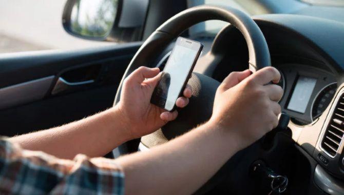 Håndholdt mobil i bilen koster nu et klip i kørekortet
