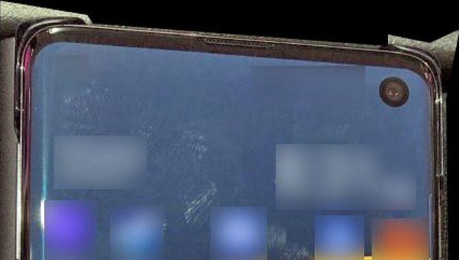 Foto viser Samsung Galaxy S10 med hul i skærmen