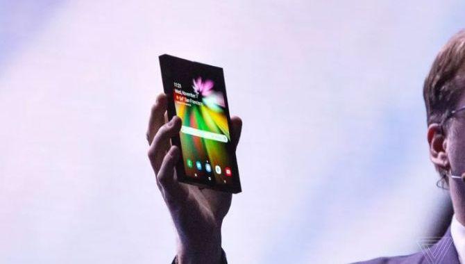 Samsungs foldbare telefon får nok rekordhøj pris