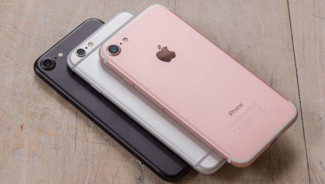 Top 10 mobiler i august