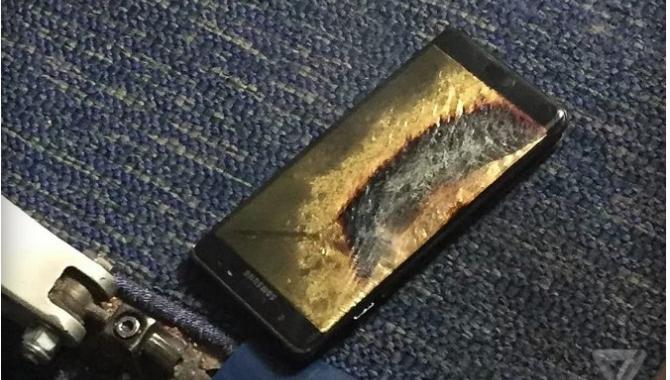 """Fly evakueret efter eksplosion af en """"sikker"""" Note 7:"""