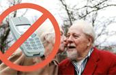 Ældre holder mobilen slukket i hjemmet