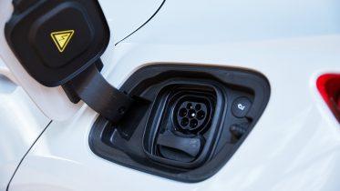 Store bilproducenter dropper fossil-biler og satser på elbiler