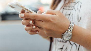 Fem budgetvenlige telefoner til børn og unge