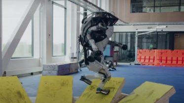 Boston Dynamics tobenede robotter klarer parkourbane
