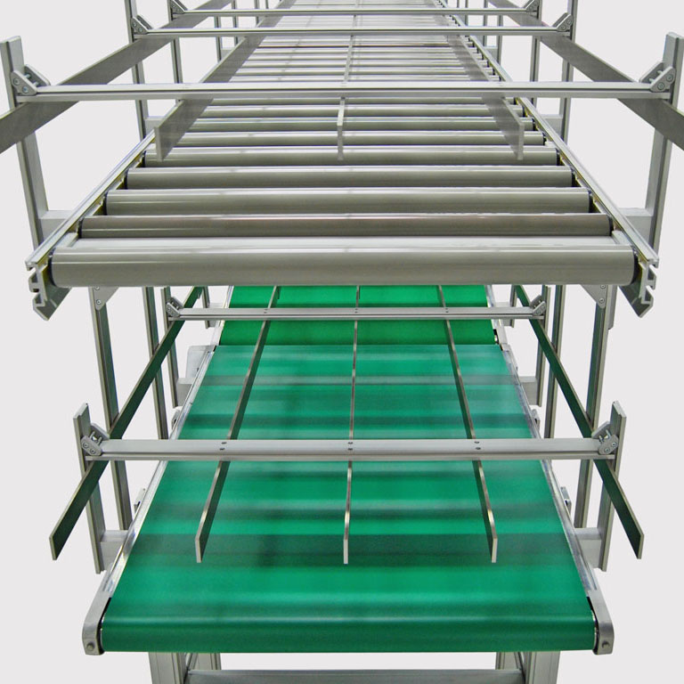 KLT-Puffersystem aus Rollenbahn und Grosstransportband. - Buffer system for KLT of roller-conveyor and max conveyor.