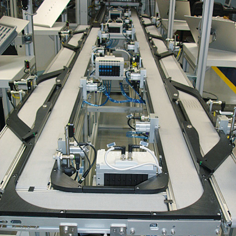 Längstransfersystem LTE mit Bypassbändern für Montageanlage. - Transfer system LTE with bypass belts for assembly line.