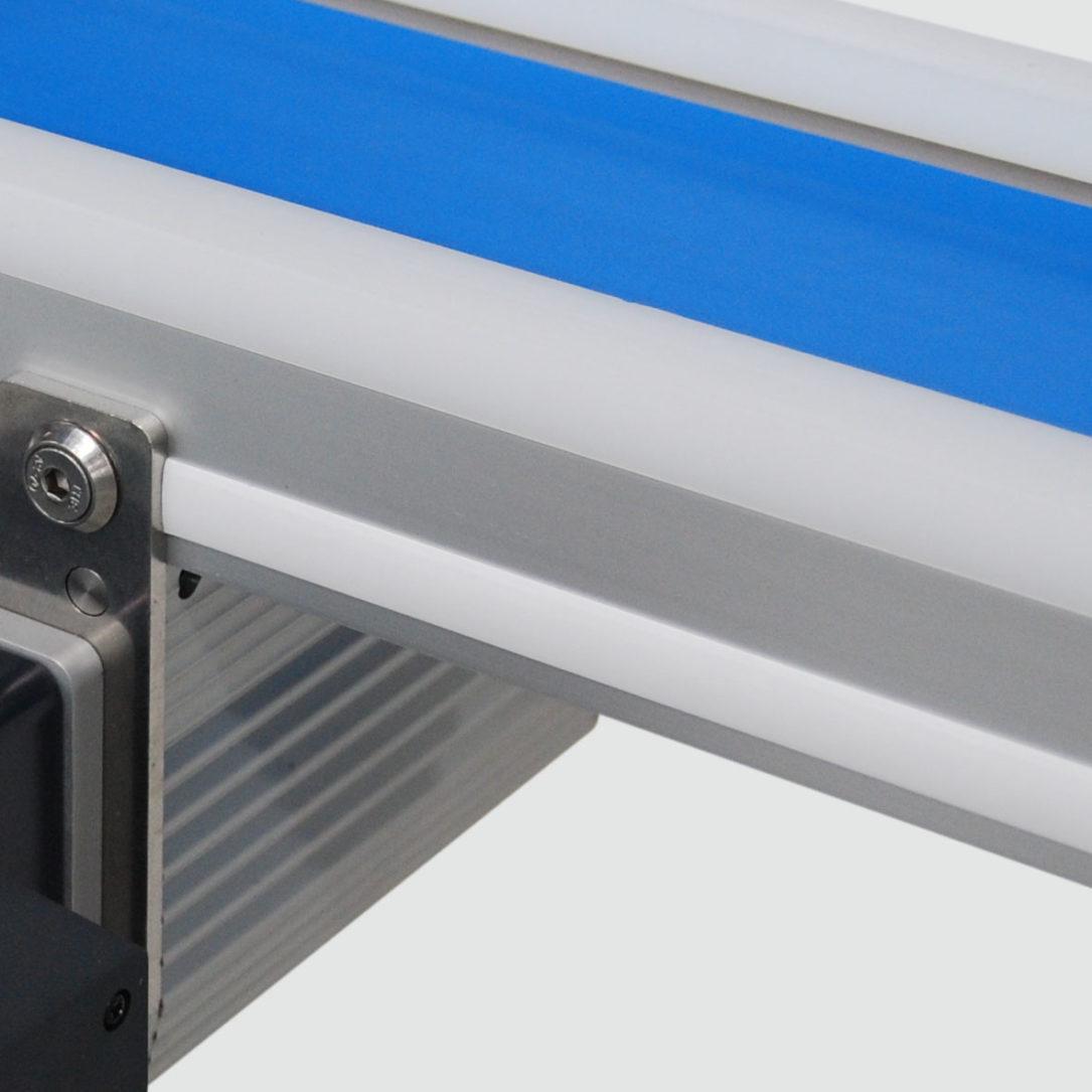 Reinraum-Transportband TBR mit Abdeckprofil. - The TBR cleanroom conveyor with T-slot cover.