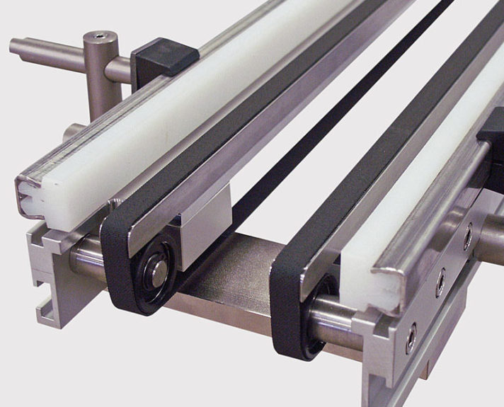 Spezielles Doppelgurt-Förderband für Teile die tief ins Föerderband hineinragen. - Special double belt conveyor for parts that protrude deeply into the conveyor.