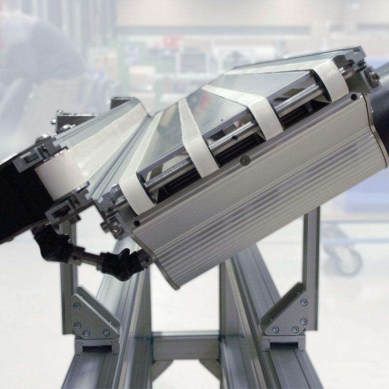 Zwei Kleintransportbänder KTB zentrieren Produkte. - Two minidrive conveyor KTB centering products.