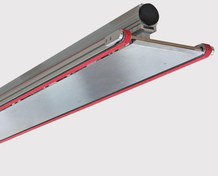 Dieses Vakuum-Transportband wird überkopf eingesetzt. - This vacuum conveyor is mounted upside down.