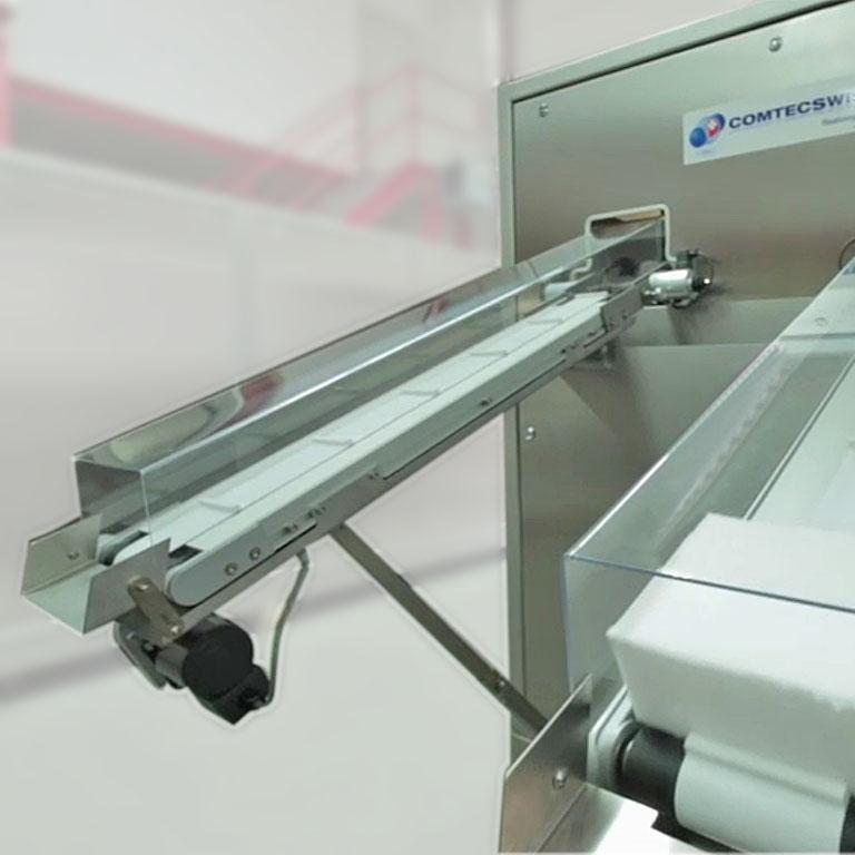 Förderbänder führen Trockeneisblöcke aus der Produktionsmaschine. - The conveyors unload dry ice blocks from the production machine.