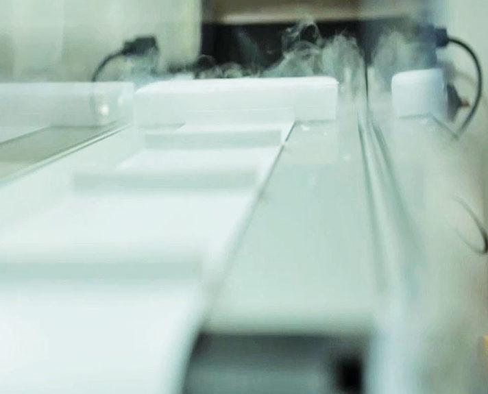 Förderband mit Stollen damit die Trockeneisblöcke nicht zusammenkleben. - The conveyor features cleats to prevent the dry ice blocks.