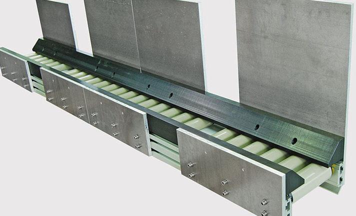 plastic-5-1_kunststoffteile-transportieren-sich-auf-der-tragrollenbahn-durch-eigengewicht_plastic-parts-move-on-roller-conveyor-by-their-own-weight