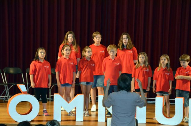 Reconeixement d'Òmnium Cultural als participants locals del Premi Sambori, a l'auditori Joan Cererols. Coral Infantil Ars Nova