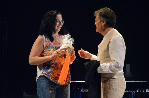 La regidora Míriam Riera fa un obsequi a Pep Bou en nom de l'Ajuntament de Martorell