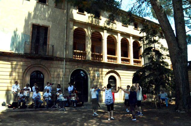 Sardanes davant la Torre d'Elies