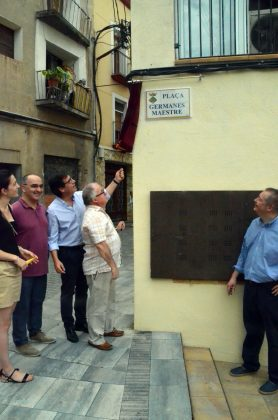 Joaquim Maestre destapa la rajola indicadora de la plaça