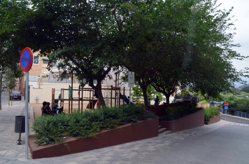 Parc infantil en dos nivells a la part inferior de la plaça, entre els carrers de Revall -esquerra- i camí del Riu -dreta-