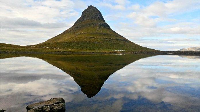 'Kirkjufell mountain reflex' (Rosa Farreras). 2n premi 26è Concurs de Fotografia de Muntanya de l'AEM
