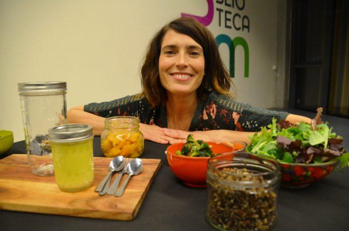 Marta Vergés, impartint el taller 'Menja't el tarro', a la Biblioteca Martorell