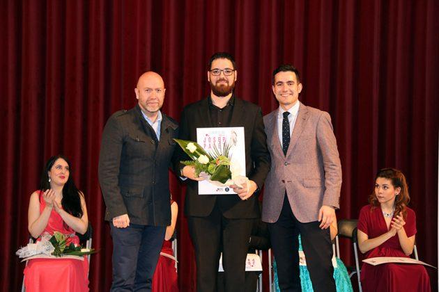 El regidor Sergi Corral i el president de les Joventuts Musicals de Martorell Aleix Palau lliuren el segon Premi del 2n Concurs de Cant Josep Palet a Ferran Albrich