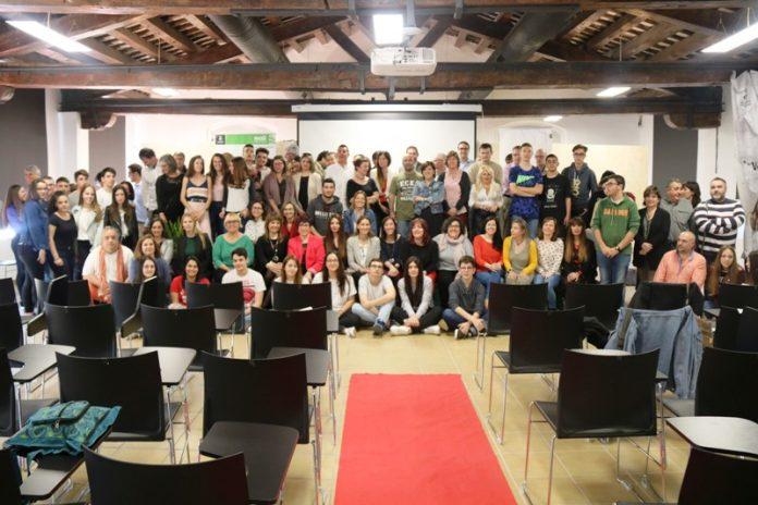 Fotografia de família dels candidats als premis del 9è Concurs d'Iniciatives Empresarials