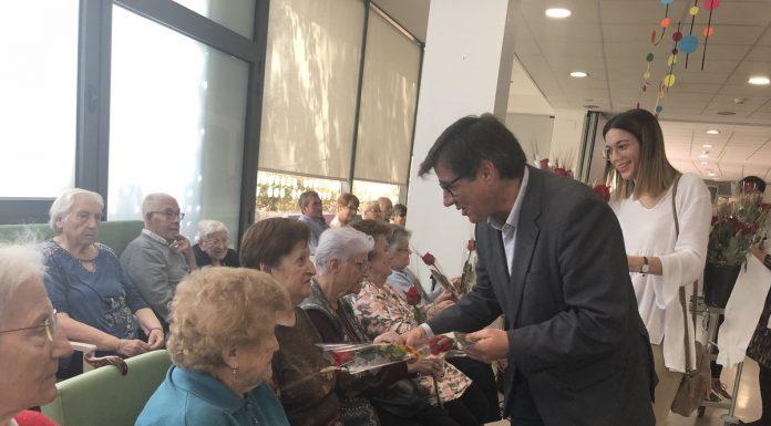 Lliurament de roses a les residències de gent gran