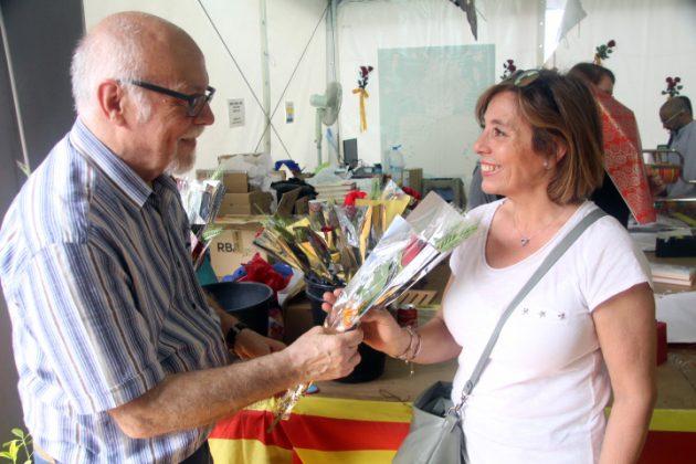 Cisco Querol (Gremi de Llibreters) lliura una rosa a una compradora