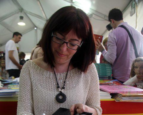 Fira de Sant Jordi. L'autora martorellenca Lídia Ortiz signant exemplars de 'Secrets de poble'