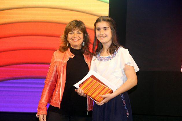 43è Premi Vila de Martorell. La regidora Núria Canal i la premiada Clàudia Arjona