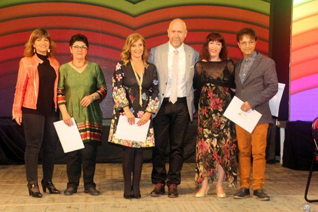 43è Premi Vila de Martorell. Premis ex aequo al millor tràiler per a Dolors Caro -tercera per l'esquerra- i Héctor Cerezales -dreta-