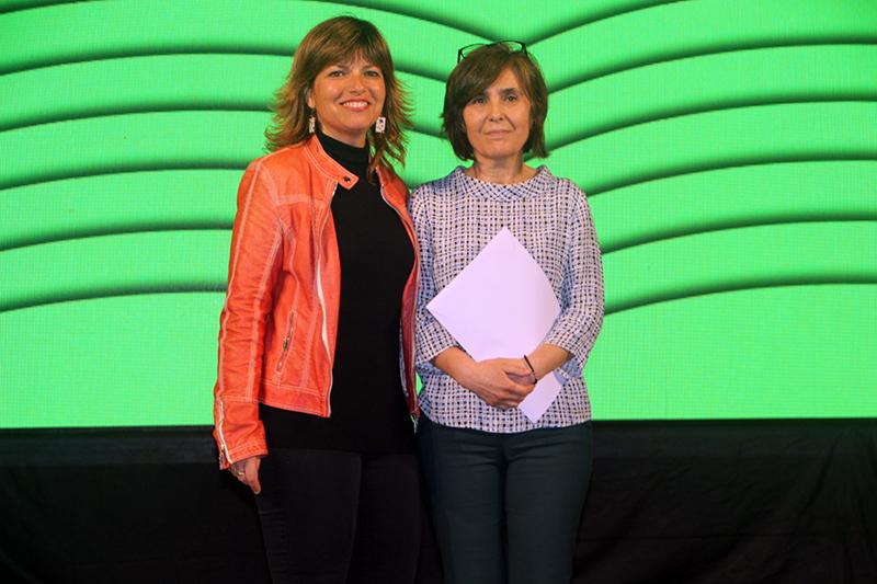 43è Premi Vila de Martorell. La regidora Núria Canal i la premiada Amparo López