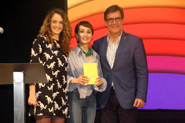 43è Premi Vila de Martorell. Cristina Solias, Angélica Morales -guanyadora de l'any passat, mostrant el llibre editat- i Xavier Fonollosa