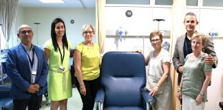 L'associació Ariadna dona una butaca oncològica a l'Hospital de Martorell