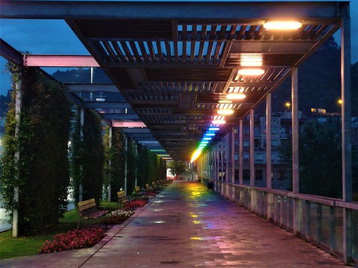 Pont d'Anoia il·luminat amb motiu del Dia de l'alliberament LGTBI