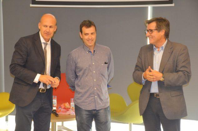 Genís Sinca, junt amb el director del Servei Local de Català i l'alcalde Xavier Fonollosa