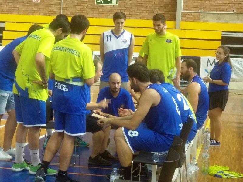 Toni Olivares, al centre de la imatge, quan exercia de segon entrenador al costat de Raül Laita
