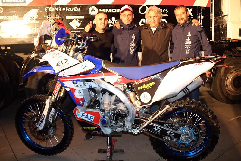 Pep Mas -segon per l'esquerra- i el seu equip, preparats per anar al Dakar 2019