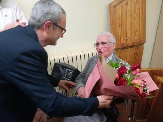 Pere Mas lliura un ram de flors a Matilda Vidal